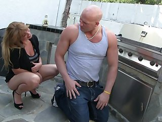 MILF Lucky Benton gets penetrated by handyman's big locate