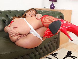 British milf Lelani lets us enjoy her juicy fanny