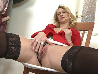 Skinny mature amateur MILF babe stuffs her pussy with a dildo