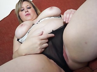 Beamy fair-haired mature amateur Laura L. stuffs her pussy round a dildo
